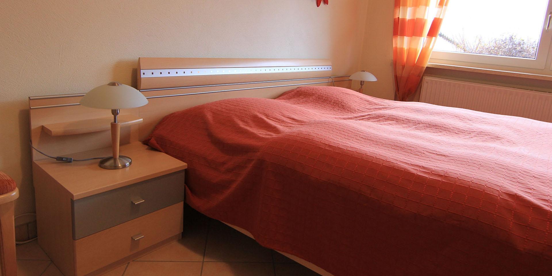 Mit großem Bett und Kleiderschrank